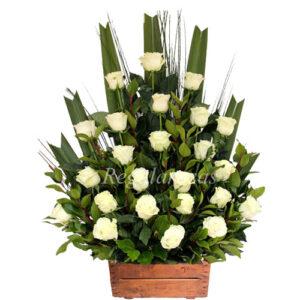 Arreglo de 25 rosas blancas y miliums a domicilio en santiago