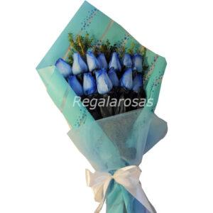 ramo extendido con 12 rosas azules