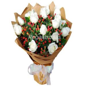 Ramo circular con 12 rosas blancas e hypericum a domicilio en santiago