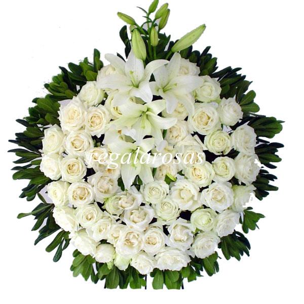 Corona con rosas blancas y liliums de defuncion a domicilio en santiago
