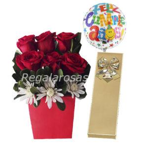 Arreglo de rosas en base roja chocolate y globo para cumpleaños a domicilio en santiago