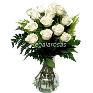 Florero con 12 rosas blancas ecuatorianas a domicilio en santiago