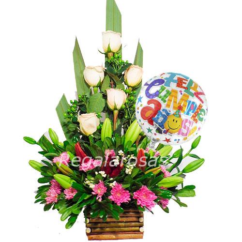 Arreglo piramidal de rosas liliums hypericumcumpleaños a domicilio en santiago