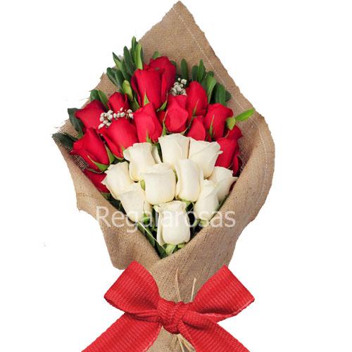 Ramo Extendido Con 25 Rosas Rojas Y Blancas Regala Rosas A Domicilio